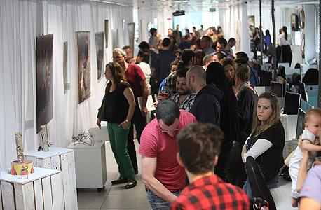 """מבקרים בתערוכה, במערכת """"כלכליסט"""", צילום: אוראל כהן"""