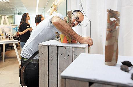 """האמן אורן סומך עם העבודה """"קרקס"""", צילום: אוראל כהן"""