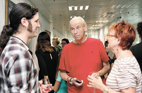 (מימין) עירית ומשה תאומים והאמן גיא גרינברג, צילום: אוראל כהן