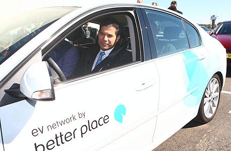 """מייסד בטר פלייס שי אגסי במכונית החשמלית. גלילי: """"מודל השקעה מטורף"""""""
