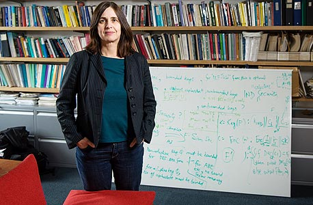 """גולדווסר במשרדה ב־MIT. """"רציתי להתמחות בבינה מלאכותית. חידת עץ  או פלי שינתה את זה"""""""