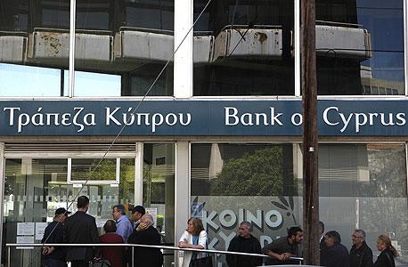 תור של תושבים בניקוסיה ליד אחד הבנקים