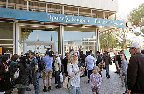 תור של תושבי ניקוסיה ליד אחד הבנקים