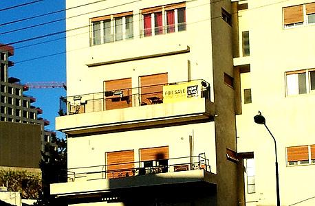בניין עם מרפסות (ארכיון)