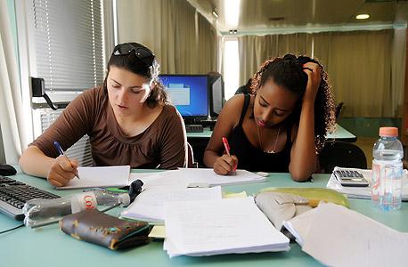 סטודנטיות לומדות באוניברסיטת אריאל