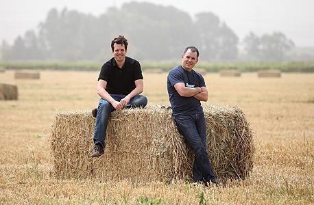 מיכה קאופמן (מימין) ושי וינינגר, מייסדי פייבר. רוצים להיות ה־eBay של נותני השירות, צילום: אוראל כהן