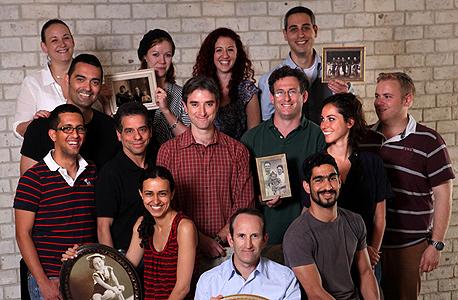 """גלעד יפת, מנכ""""ל MyHeritage (בחזית) ועובדי החברה. מאגר אילנות היוחסין השני בגודלו ברשת, צילום: עמית שעל"""