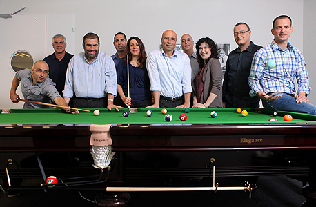 """מנכ""""ל קלאריזן, אבינועם נובוגרודסקי (חמישי מימין) עם עובדי החברה. 3,000 לקוחות ארגוניים, מג"""