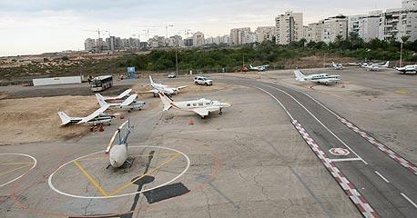 שדה דב. הבנייה באזור מוגבלת בשל הקרבה לשדה התעופה