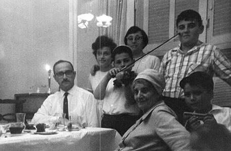 1962. מימין למעלה ובכיוון השעון: עמוס שפירא (13), בן הדוד אמנון, סבתא גולדה, האח יוסי, האב יצחק, האחות אורלי והאם אסתר בתל אביב