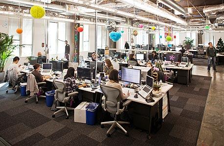 """2. משרדי פייסבוק בקליפורניה. """"הרשת דוחקת בנו להיות בכמה מקומות במקביל"""", צילום: אי פי איי"""