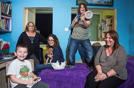 מימין: שרית (48); בנה ירדן (9); זהר (13), הבת של רוז; רוז (52); והדר (6), בנה של שרית. חולקות פנטהאוז כבר 13 שנה: שני חדרי שינה לאמהות, חדר וחצי לילדים, והמון כביסה