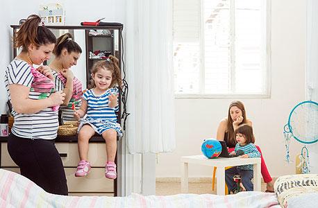"""מימין: אירית ליאני (21) ובנה גיא (2.5); משמאל: תמי טל (26) ובתה נויה (3). שותפות כבר ארבעה חודשים, """"ובהתחלה הילדים חטפו בום"""""""