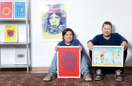 מימין קורדה ומריאנסקי עם כרזות מהגלריה