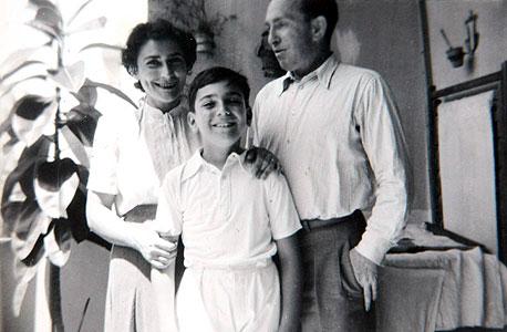 1949. איתן ששינסקי, בן 12, עם הוריו ברוך ואליס בחיפה