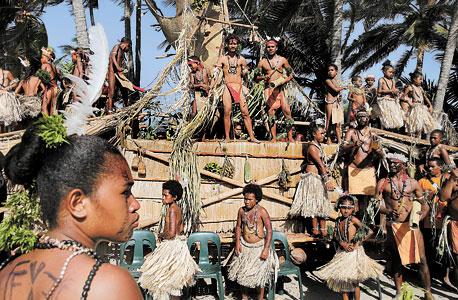 """ריקוד מסורתי בפפואה גיניאה החדשה, לכבוד ביקורו של הנסיך צ'רלס בשנה שעברה. דיימונד: """"כך חיינו כמעט 6 מיליון שנה"""""""