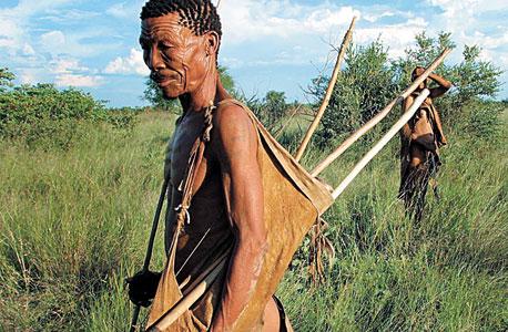 צייד משבט בושמנים בבוטסואנה. נוודים מגדלים ילדים עצמאיים, חוואים מגדלים ילדים זהירים