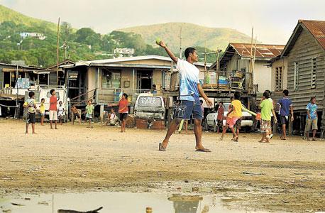 """משחק קריקט בפפואה גיניאה החדשה. """"בני עמים מסורתיים גם מתחילים לקנות בסופרמרקט ולפתח מחלות מערביות"""""""
