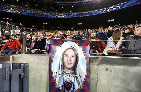 אוהדי ברצלונה עם שלט של ליאו מסי, צילום: איי אף פי