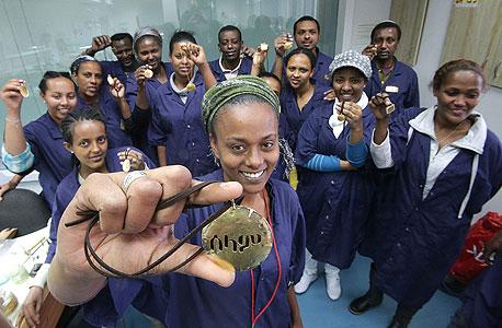 """צורפים יוצאי אתיופיה שהכינו שרשראות עם כיתובים של """"שלום"""" באמהרית לנשיא ארה""""ב ברק אובמה"""