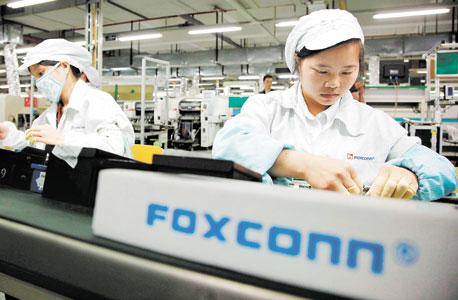 פועלים במפעל פוקסקון בסין, האם גם חברות ישראליות יעדיפו לייצר במדינות אחרות?
