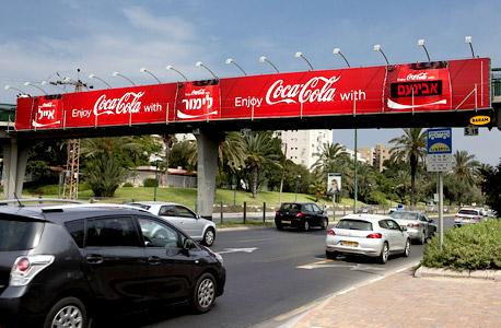 קוקה קולה מהלך חדש על גבי שלט חוצות, צילום: שירן כרמל
