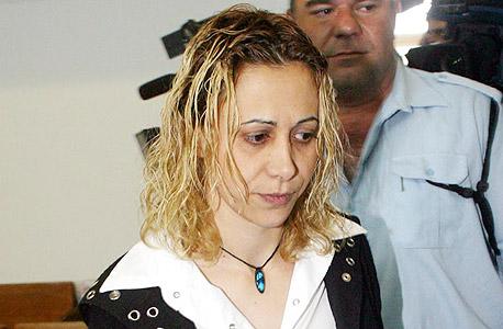 אלון במהלך הדיונים על שחרורה