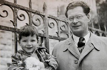1954. דוד שמרון, בן שלוש, עם אביו ארוין מול ביתם ברח' חובבי ציון בירושלים