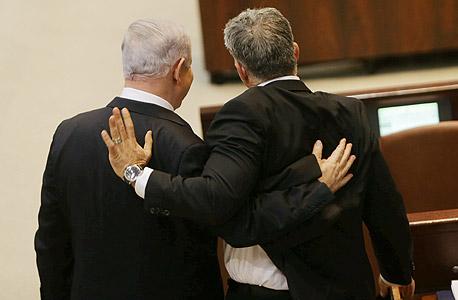יאיר לפיד שר האוצר ו בנימין נתניהו ראש הממשלה, צילום: אלכס קולומויסקי
