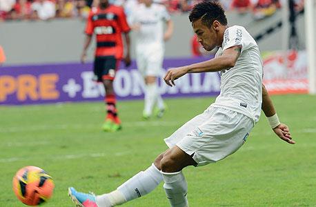 ניימאר חלוץ נבחרת ברזיל חלוץ ברצלונה במדי סנטוס, צילום: איי אף פי