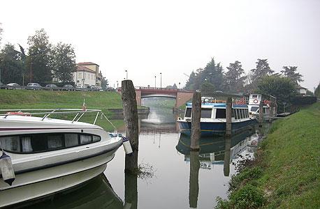 איטליה, צפון לגונת ונציה. מ־1,960 יורו לסירה לארבעה אנשים