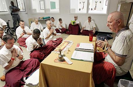 תרגול מדיטציה בבית כלא בטקסס. ניסוי ארוך בקרב יותר  מ־1,300 אסירים העיד על ירידה בעוינות ושיפור דרמטי בתנודות במצבי הרוח שלהם