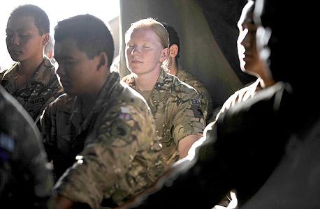 חיילים בריטים במדיטציה באפגניסטן. מחקר במימון משרד ההגנה האמריקאי מצא שהיא מפחיתה חרדה ומשפרת את הביצועים האתלטיים והזיכרון. נעשה בה שימוש גם במקרים של פוסט־טראומה