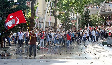 בוקר מתוח באיסטנבול: מפגינים סביב האש