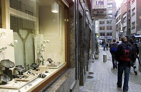 רובע היהלומים באנטוורפן. בפשיטה על משרדי אומגה הוחרמו יהלומים בשווי 100 מיליון יורו