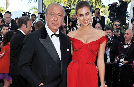 פוואז גרוסי עם הדוגמנית אירנה שייק בפסטיבל קאן. אומגה השתלטה גם על חברת תכשיטי היוקרה של גרוסי, דה גריסוגונו