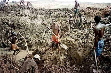 כריית יהלומים באנגולה. משאבי הטבע של המדינה נגזלים, והתושבים חיים בעוני מחפיר