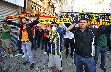 אחדות קוסמית: המסר לאנושות של אוהדי הקבוצות באיסטנבול