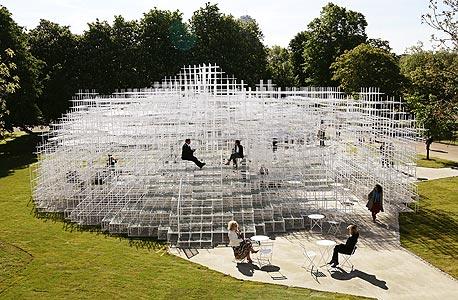 ביתן הקיץ שתכנן פוג'ימוטו לגלריה סרפנטיין. מבנה כמעט שקוף שמורכב ממוטות פלדה קלים ובהירים