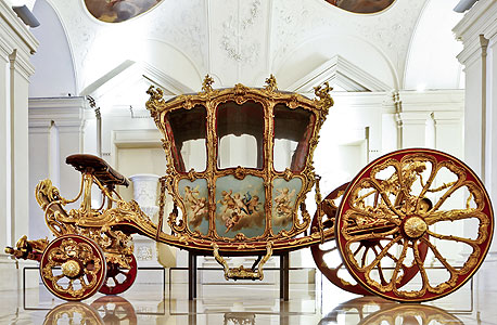 כרכרה מוזהבת של משפחת המלוכה של ליכטנשטיין. גרם מדרגות עם 150 אלף עלעלי זהב