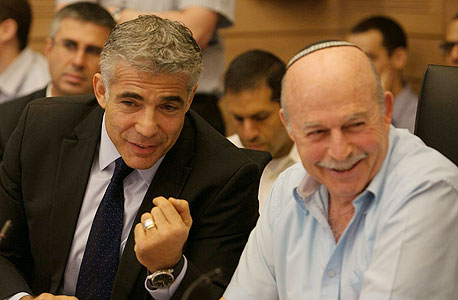 ניסן סלומינסקי ויאיר לפיד בוועדת הכספים, צילום: אוהד צויגנברג