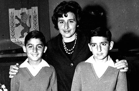 1963. שלמה מור־יוסף (12, משמאל) עם אחיו אורי (11) ואמם גאולה בעיריית ירושלים