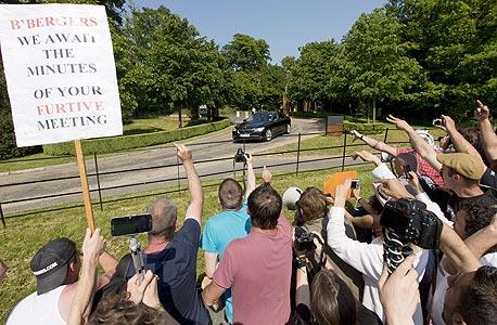 מפגינים קוראים קריאות בוז לעבר המגיעים לוועידת בילדרברג בסוף השבוע. פסטיבל הון־שלטון שנתי שמשפיע על חיי כולנו