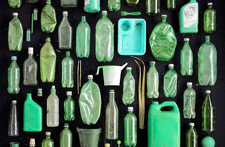 """""""מכלים ירוקים"""". נאסף בחוף מגרש לויד בנט, ברוקלין, ניו יורק, צילום: בארי רוזנטל"""