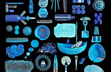 """""""אוקיינוס כחול"""", חפצי פלסטיק כחולים.  נאסף בחוף מגרש לויד בנט, ברוקלין, ניו יורק, צילום: בארי רוזנטל"""