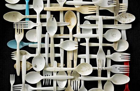 """""""מזלגות, סכינים, כפות"""".  נאסף בחוף מגרש לויד בנט, ניו יורק, צילום: בארי רוזנטל"""