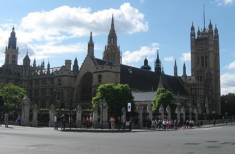 לונדון. לעת עתה החוק תקף רק בבריטניה