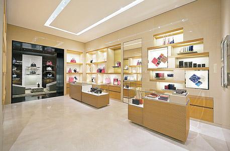 """החנות החדשה בקניון רמת אביב. 300 מ""""ר בקומה השנייה, עם ייצוג נרחב למזוודות ותיקי נסיעות"""