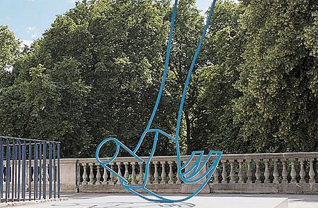 """Hammer (Blue)"" של מייקל קרייג־מרטין, תערוכת Parcours"