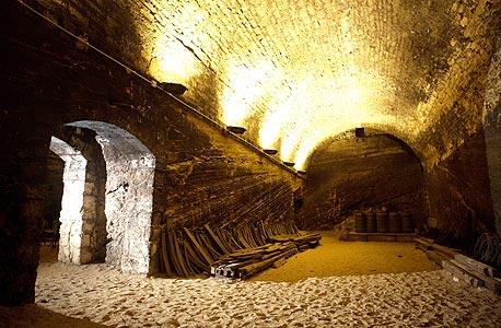 בית היקב, 1887. קירותיו הבנויים מסלעי כורכר והמרתף שלו, עם האולמות רחבי הידיים, בעלי קמרונות, צילום: תומי הרפז